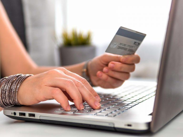 Ce cumperi online